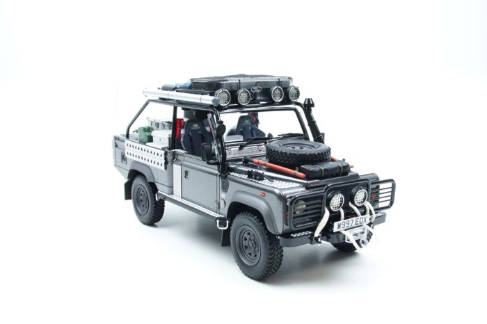 Kyosho - 1:18 - Land Rover Defender Tomb Raider Edition - Lara Croft - Gray