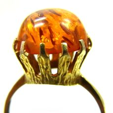 A beautiful big amber ring around 1950 333 gold / 8 kt *No reserve price*