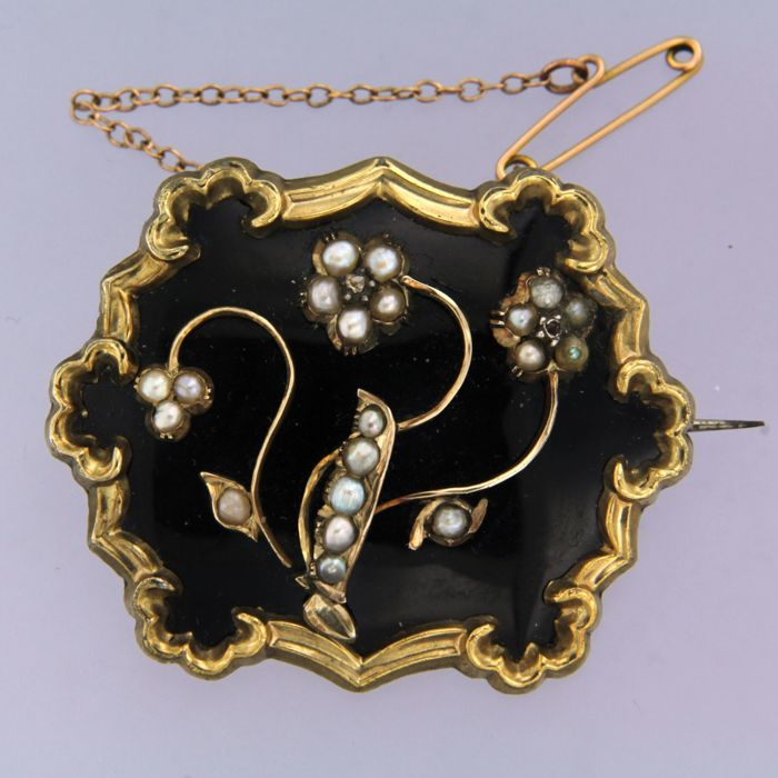 14 kt yellow gold brooch, set with onyx, pearls and diamond - dimensions: 4.3 cm x 3.5 cm long