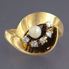 18 kt wavy ring set with salt water pearls and 5 brilliant cut diamonds - ring size 18.5 (58)