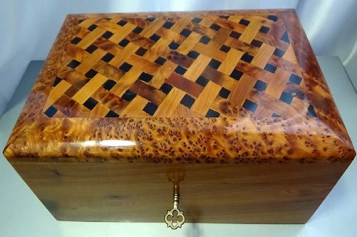 Fine box made of mahogany wood, carved and polished by hand