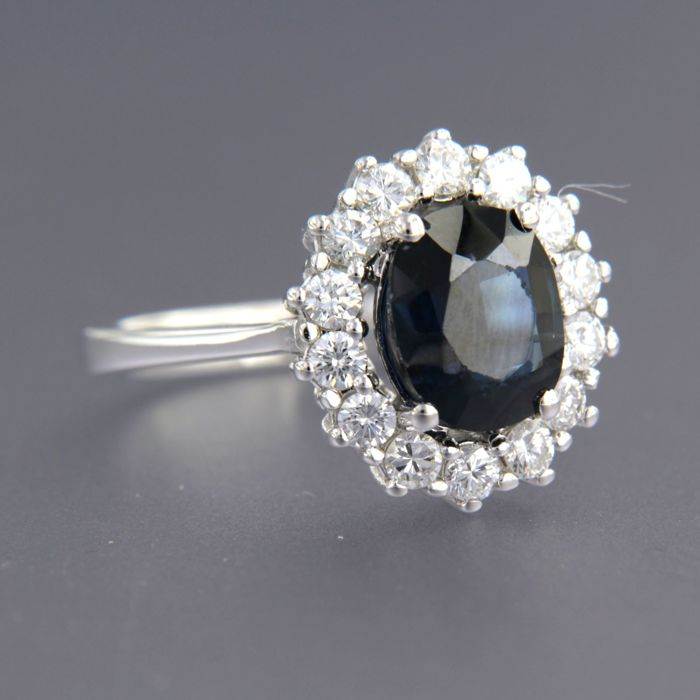 - No reserve price - 18 kt White gold ring set with a sapphire and brilliant cut diamonds - ring size 17.25 (54)
