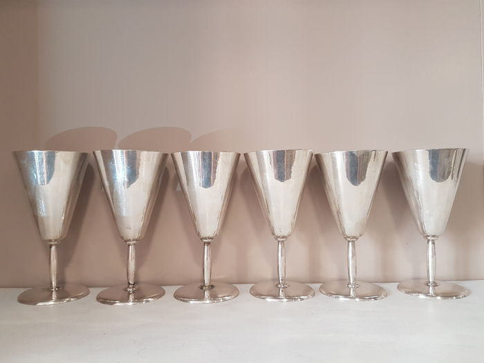 6 silver-plated metal cups.