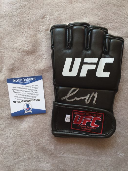 Very Rare Spectacular glove signed by the same Conor Mcgregor with COA Beckett !!! No reservation price !!!