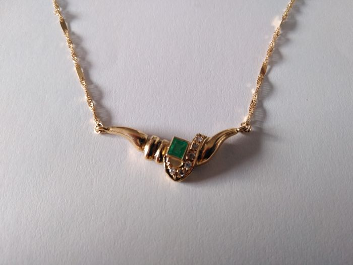 Emerald and diamond pendant in 18 kt Gold,  - 37 x 15 mm