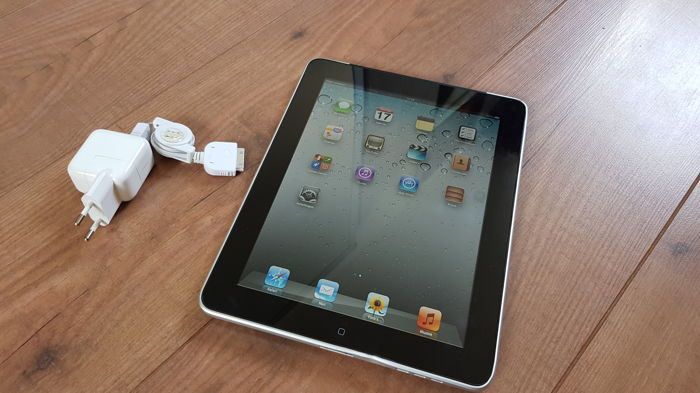 Apple iPad 1, 16GB with 3G! (A1337) with charger.
