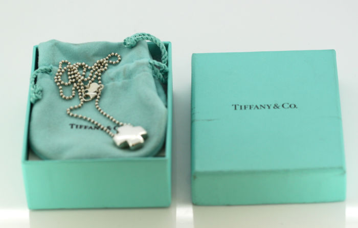Tiffany & Co - Sterling silver necklace with cross pendant, Made in Italy Circa 1990's - Necklace Length x Width : 40.5 x 0.2 cm