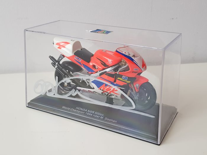 Mick Doohan - 5x World Champion Motorracing - hand signed Honda NSR 500 CC World Champion 1994 scale 1:22 miniature  + COA