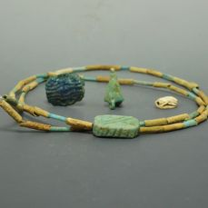 Antiguo Egipto Faience Amuletos y collar - 1cm - 30cm  - (4)