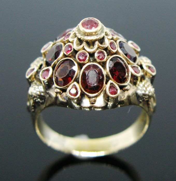 No reserve price - Weight 8,4 gr - 18 kt solid yellow gold amazing vintage ring set with 19 natural ruby round-brillant cut tot 0,38 ct and 8 garnet oval-brillant cut ct 2,40 tot
