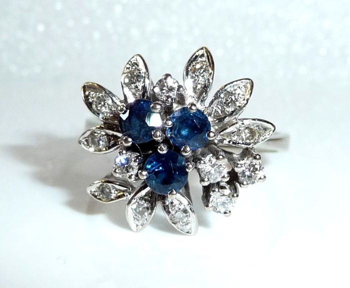 Romantic ring made of 14 kt / 585 white gold 0.60 ct sapphire + 0.285 ct diamonds, ring size 53-54 - adjustable; no reserve price