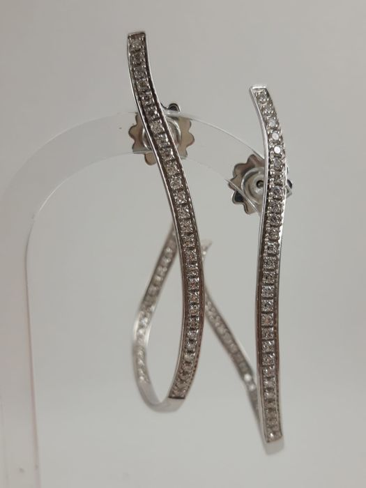 Ladies' 18kt white gold pendant earrings with brilliant-cut natural Diamonds, totalling 1.2 ct. Weight: 12.5 g