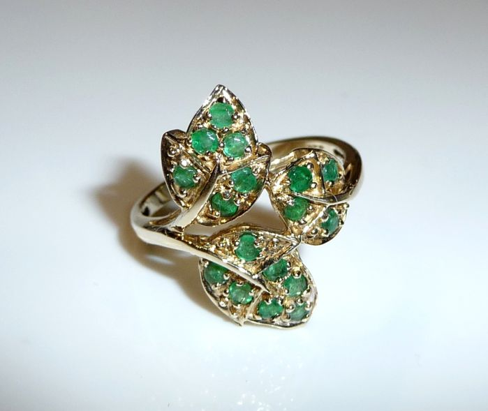 Ring made of 8 kt  / 333 gold leaves about 0.60 kt. Emeralds ring size 56-57 mm - changeable; No reserve price