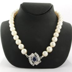 Pearl necklace with an 18 kt white gold clasp set with sapphire and diamond - necklace length 42 cm