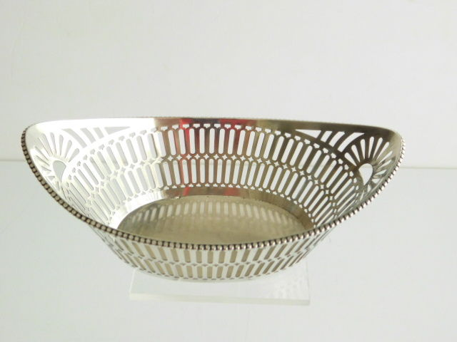 Silver open work chocolate basket with pearl rim, A.A. Hoogteiling & A. Presburg, Haarlem, 1928