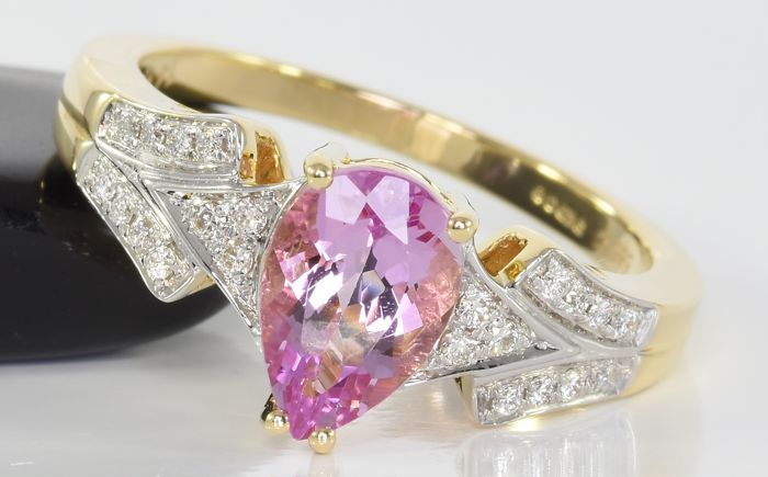 1.45 ct topaz and 0.22 ct brilliant-cut diamond ring in 14 kt gold