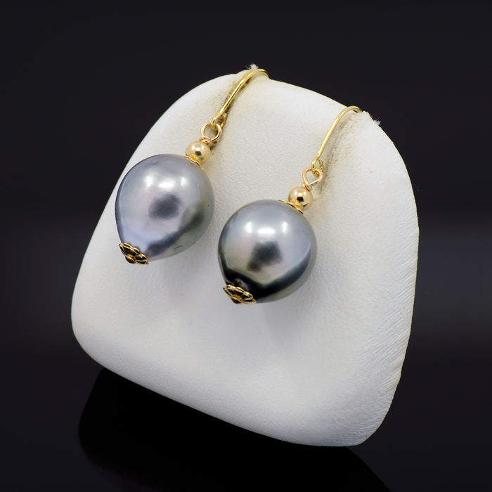 18kt/750 yellow gold earrings with Tahitian pearls of 14 mm. x 12 mm. Ø – Length 30 mm.