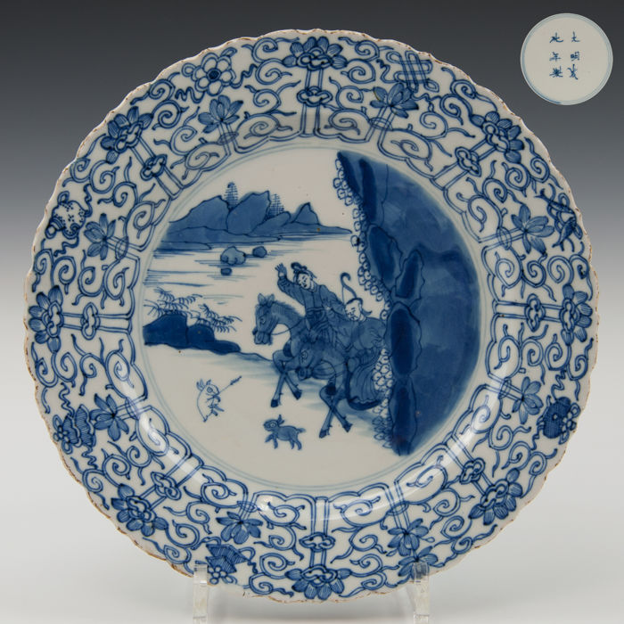 Beautiful large blue white porcelain plate, decoration of a rabbit hunt - China - 18th century (marked: Chenghua) (Kangxi period).