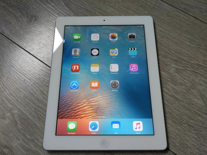 Apple iPad 2 (WiFi, 16GB) - model A1395 - with USB data/charge cable