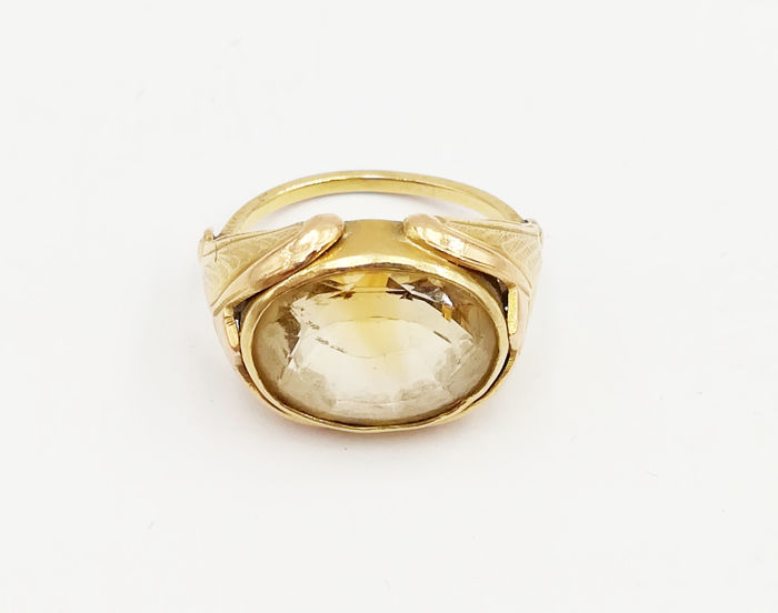 Women's ring in 18 kt yellow gold with oval cut topaz dimensions 13.47 x 10.68 mm Size 12 Total weight 5.50 g.