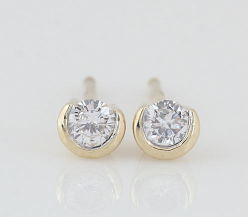 14 kt gold diamond earrings / G-H VS-SI diamonds of 0.20 ct in total / weight: 1.20 g / size: 14.6 x 3.8 x 4.3 mm