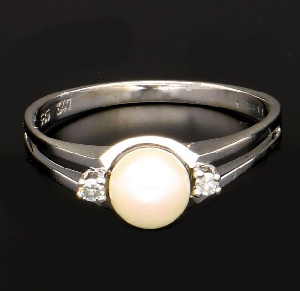 14 kt White gold ring with pearl and diamond of approx. 0.06 ct in total - Ring size: 18.25 mm