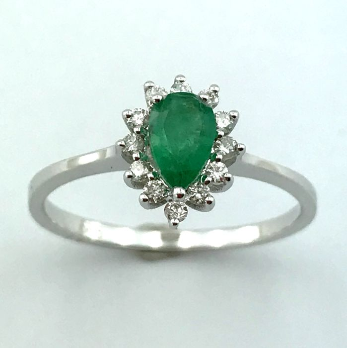 14K White Gold Ring set with natural Emerald and 12 Brillant cut diamonds - Ring size :17,25 mm (No Reserve Price)