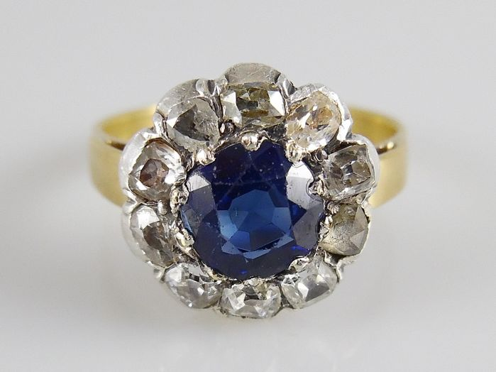 18 kt gold Entourage ring with blue sapphire and 0.80 ct diamonds - ring size: 17.5 mm (55)