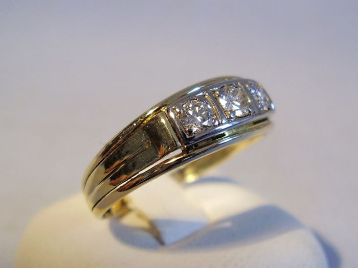 14 kt Art Deco ring with three natural diamonds totalling 0.30 ct in white gold settings