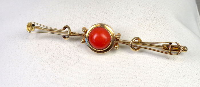 Gold brooch of 14 kt with precious coral. 1910-1920