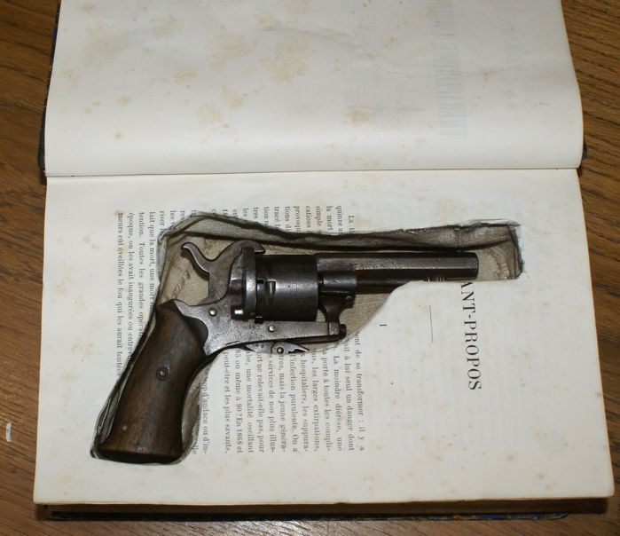 Belgian pistol six-shooter with pin in a book - Catawiki