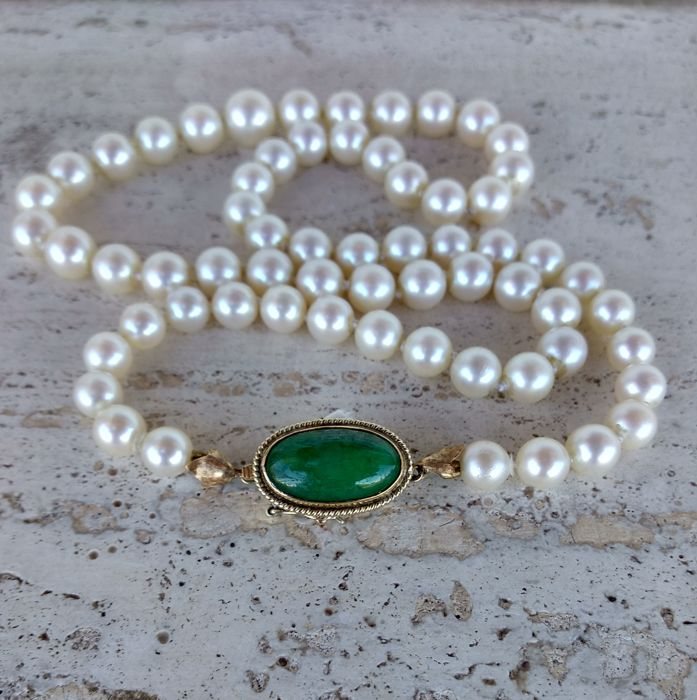Genuine Kobe Japanese pearl necklace, original Koyo, with 14 kt gold clasp  and jade 50s