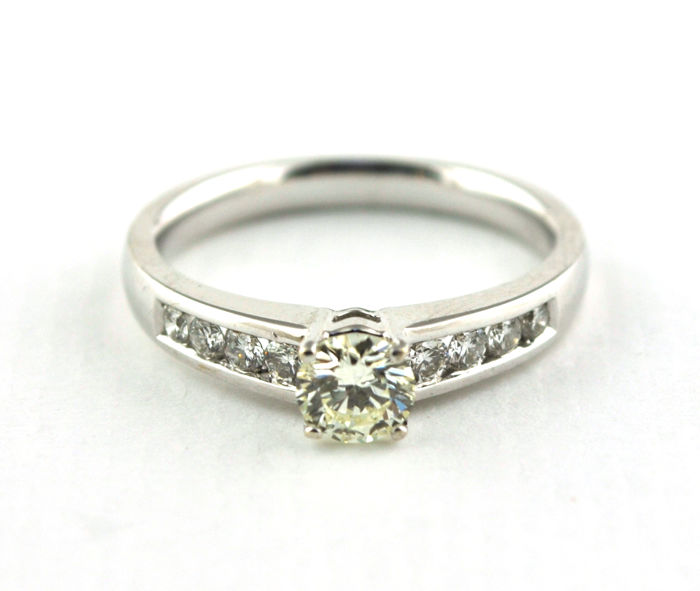Superb Engagement Ring with Total +/-0.72ct Diamonds set on 18K White Gold (Hallmarked)