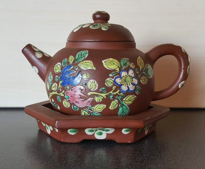 Chinese Yixing teapot with coaster, with enamel decoration - China - First half of the 20th century