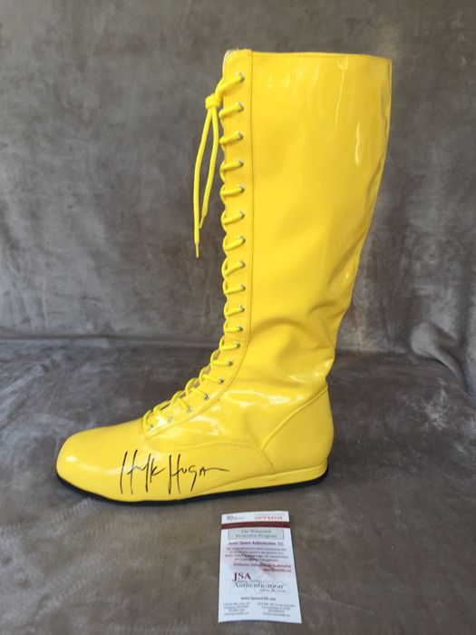 Spectacular and rare to get WWF Boots signed by the same Hulk Hogan with Coa JSA !!! No reserve price !!