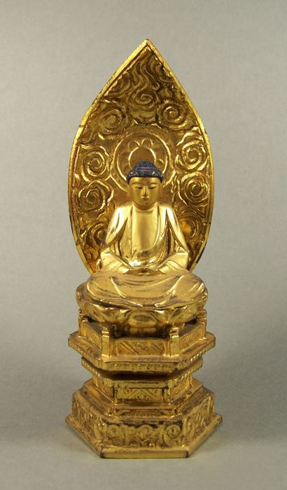 A gilded and black lacquered wood sculpture of Buddha Nyorai –  Japan –  ca 1950 (Showa period)