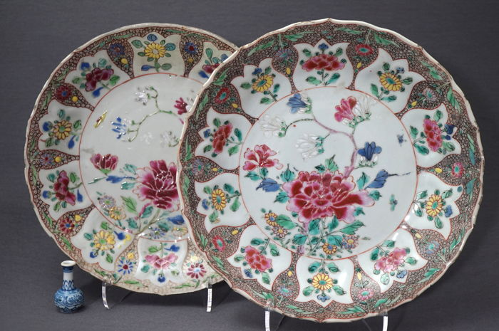 Lobed plates with a beautiful floral décor and a frogspawn pattern - China - circa 1725 (Yongzheng period)