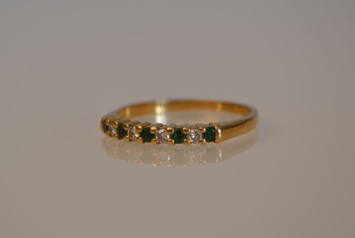 Pretty 18 kt gold ring with diamonds and emerald.