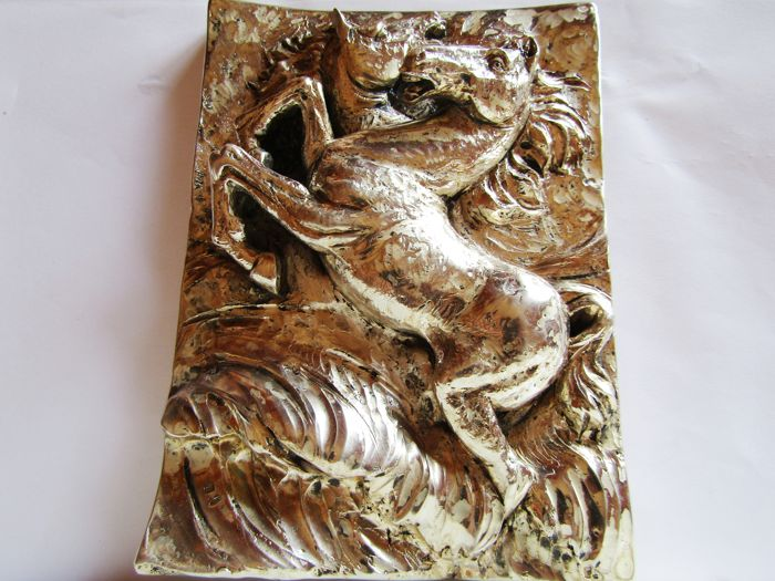 Silver plated high-relief depicting 2 horses fighting in a blizzard