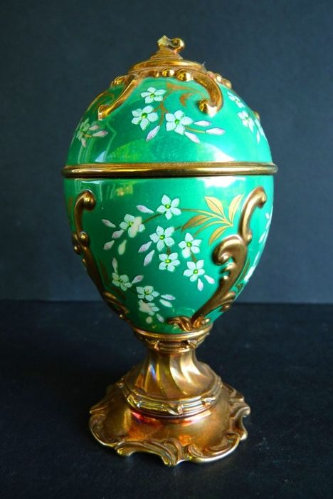 House of Fabergé - 'Jasmine' Collector Egg - Music box - Porcelain - Gilded with fine gold