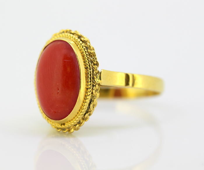 Vintage 18k yellow gold ladies ring with coral of approx 5 CT, Circa 1950's