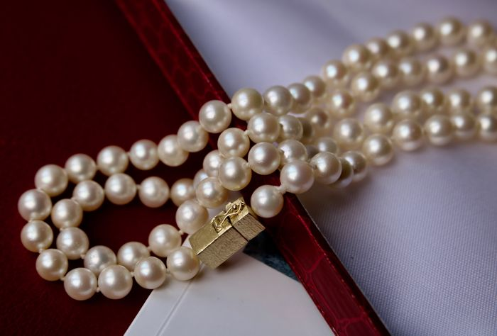 Akoya necklace with genuine Japanese pearls of 7.4-7.1 mm and a 18Kt. solid Gold clasp in an excellent condition **No Reserve**