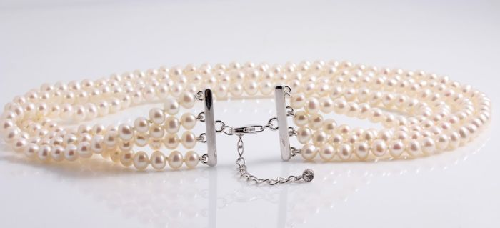 Fine Freshwater Pearl Choker 6x7mm Set with a 925 Silver Clasp