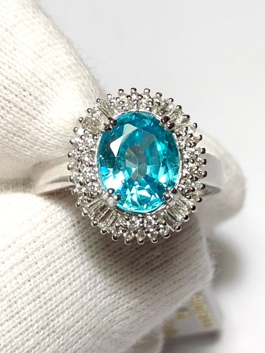 Women's cocktail ring in 18 kt white gold with Paraiba tourmaline for 2.80 ct, GIA certified, and diamonds for 0.80 ct - No reserve