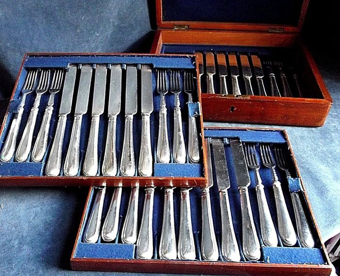 Beautiful set of 36 pieces, silver plated cutlery set with wooden box, c. 1900 by Harrison Brothers