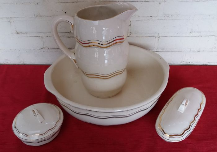 6-piece wash basin set signed Boch, in good condition, from the 1930s
