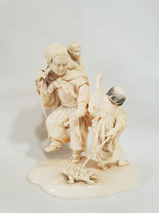 Small ivory okimono - Japan - late 19th century/early 20th century (Meiji period)