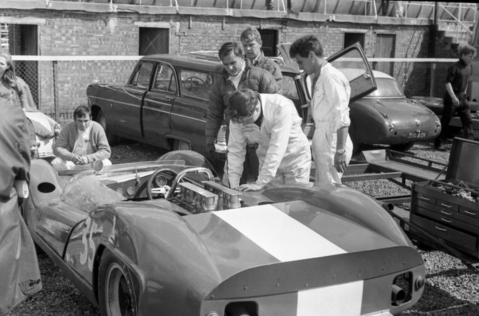 Foto - Brands Hatch 1968 Bruce Mc Laren Pits working on Car  - 2016-2016 (1 Objekte)