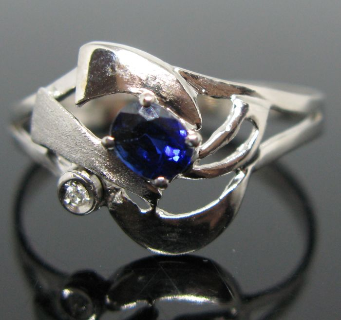 Satin and Polished - 18 karaat Witgoud - Ring - 0.45 ct Saffier - Diamant