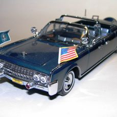Road Signature 1:24 1961 Lincoln X-100 Kennedy Car